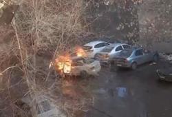 Загоревшийся на стоянке автомобиль едва не спалил соседние машины