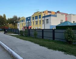 Жители пожаловались на строительный забор около детсада