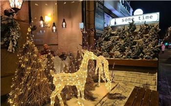 В центре Красноярска к Новому году уже украсили более 50 кафе, магазинов и офисов