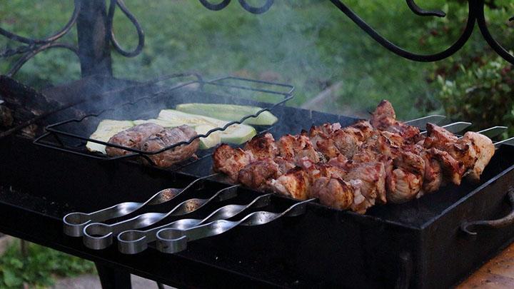 В Роспотребнадзоре рассказали, на что обратить внимание при выборе мяса для шашлыка