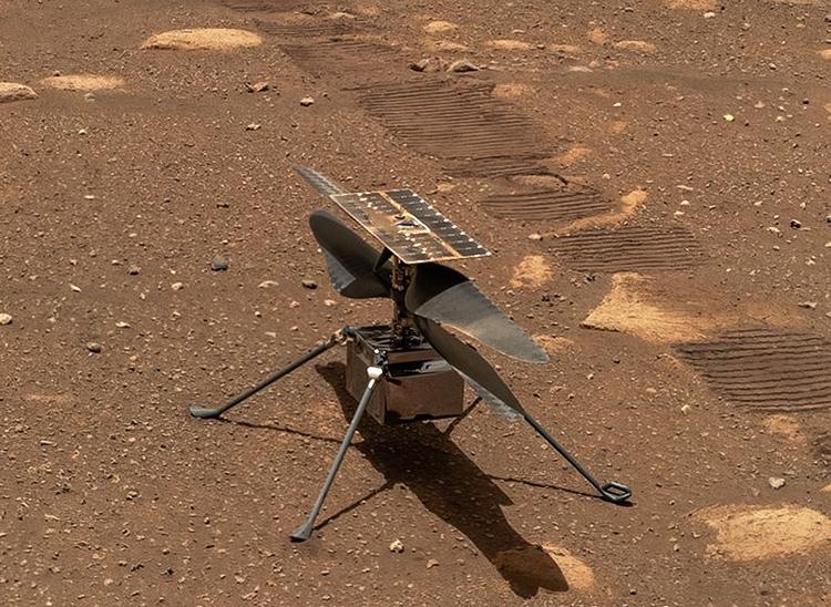 Опубликован автопортрет марсохода «Настойчивость» на фоне марсианского вертолёта «Изобретательность»