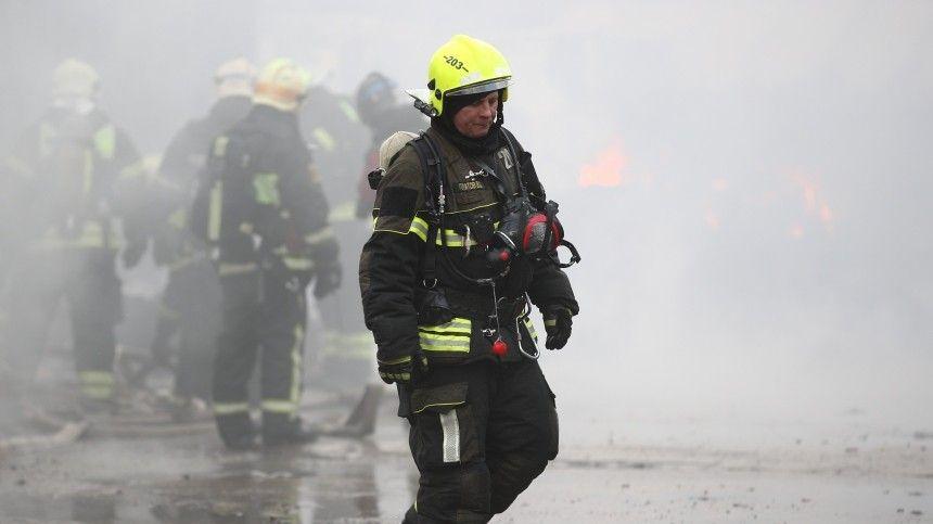 В Петербурге загорелся гаражный комплекс — видео