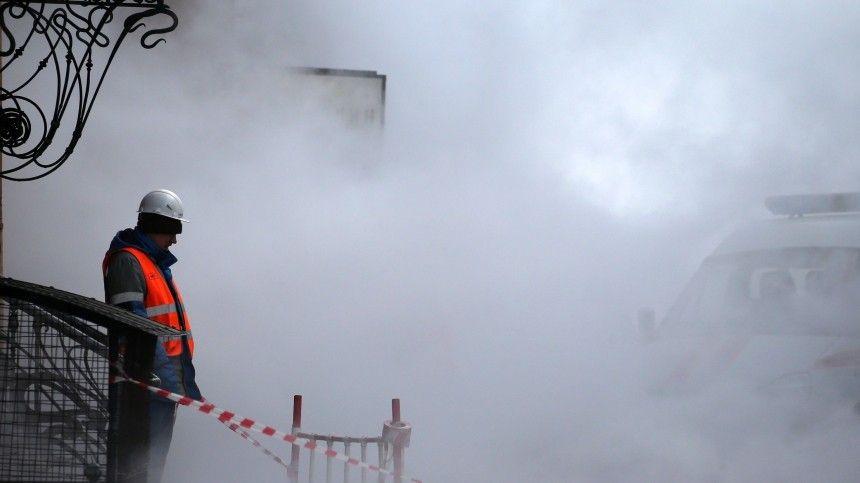 Гейзер высотой с дом забил на набережной Мойки в Петербурге — видео