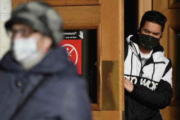 Роспотребнадзор сообщил, когда могут отменить ношение масок в офисе