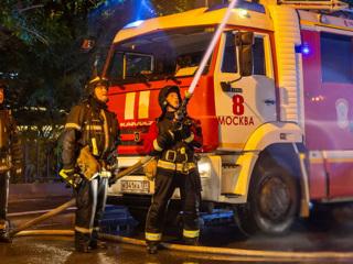 Двое жителей московской многоэтажки пострадали при пожаре