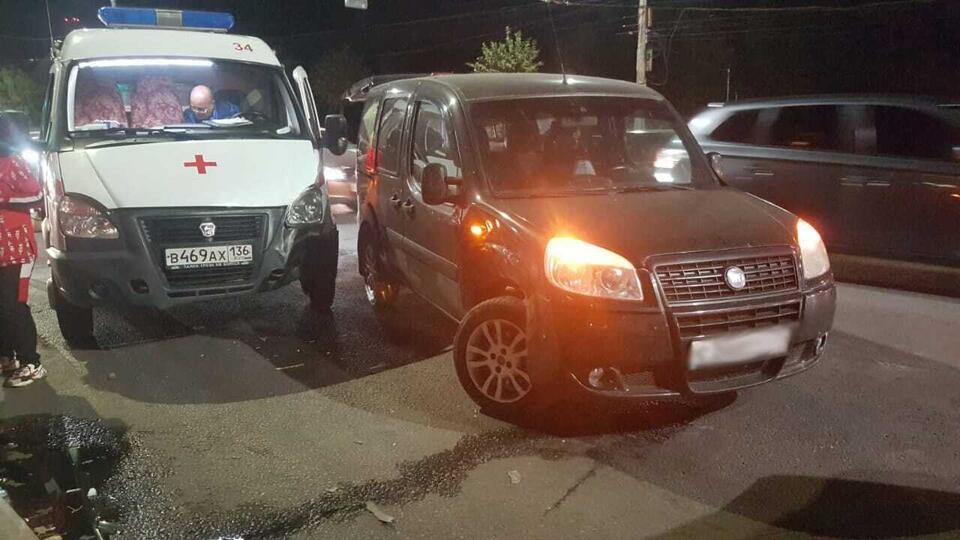 Иномарка протаранила скорую помощь в Воронеже, пострадали двое медиков