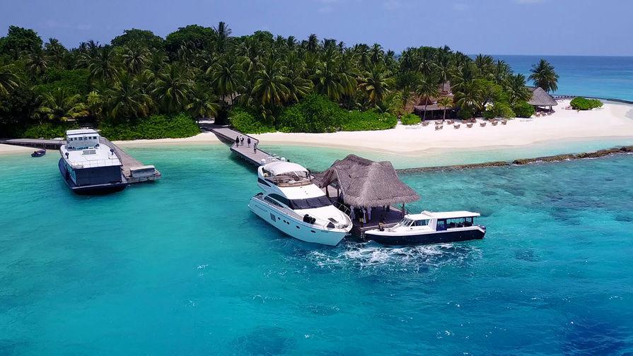 Мальдивы обязали платить налог выезжающих с островов туристов