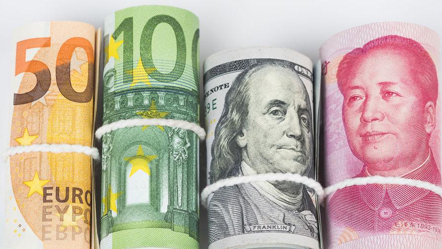 Число россиян, хранящих сбережения в иностранной валюте, сократилось втрое