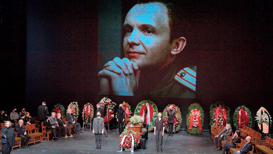 Представитель жены Мягкова рассказал, почему она не пришла на похороны актера