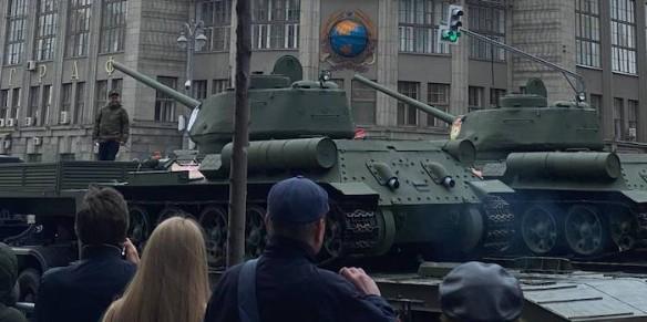 Танки в городе: в Москве перекрыли центр
