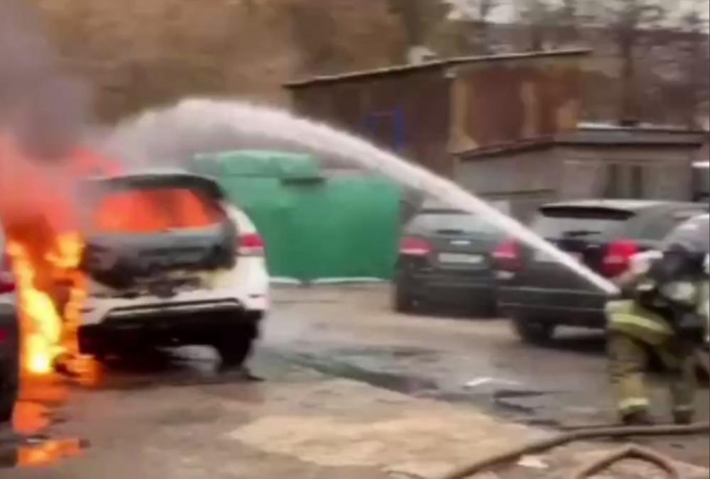 В Москве на Котляковской улице загорелись бытовки и автомобили